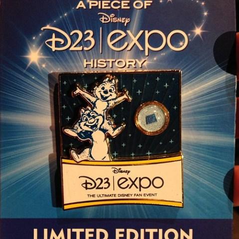 第一回D23 Expoのバナーを封入した、ピース・オブ・D23 Expoピン。