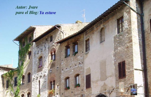 Casas plaza San Gimignano pueblo de torres medievales