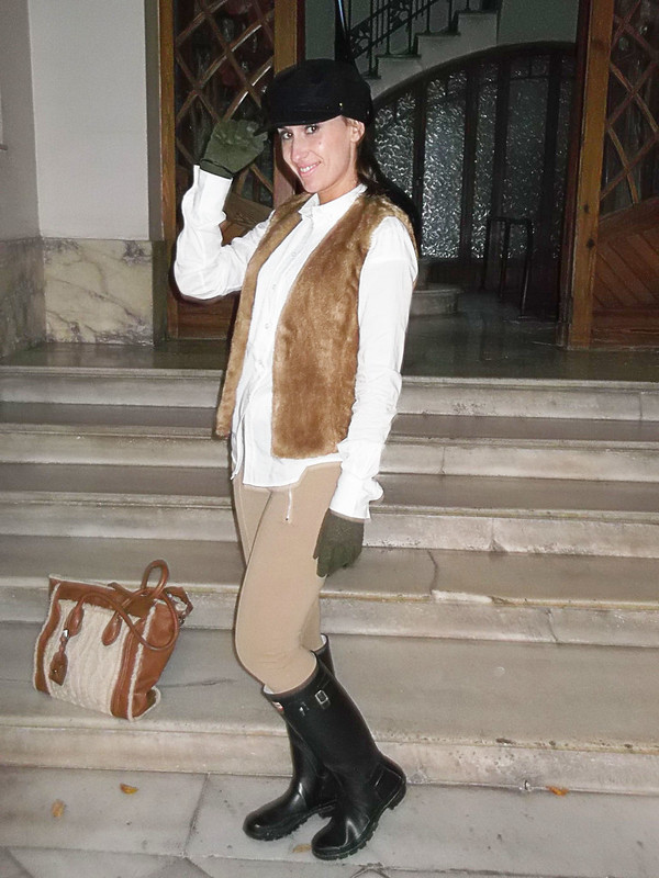 look , días de lluvia, beige, negro, chaquetón, trenca escolar, cuadros, bufanda, camisa blanca, chaleco de pelo beige, gorra negra, inglés, botas de agua Hunter, bolso crudo camel, guantes verde militar, rainy days, beige, black,  coat, school, classic check pattern, scarf, white shirt, beige vest faux fur, English style black hat, Hunter water boots, beige, beige, military green gloves, Zara, Fornarina, Benetton, Pepe Jeans, Hunter, Poete, Barbara Torrijos, Holy Preppy