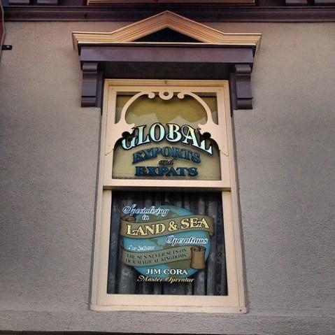東京ディズニーリゾートをはじめ、海外パーク開発に尽力されたジム・コーラ氏をたたえたウィンドウ。 http://disneyparks.disney.go.com/blog/2013/04/windows-on-main-street-u-s-a-at-disneyland-park-jim-cora/