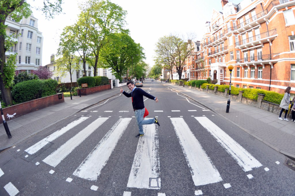 Cruzando la famosa calle Abbey Road que The Beatles hicieron grande