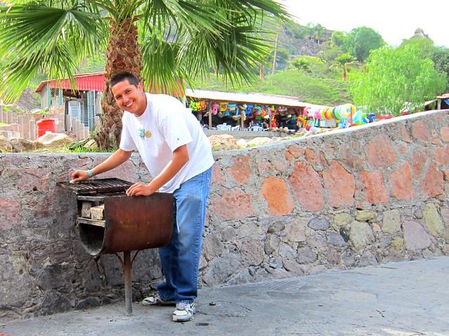 @anayabit preparando la parrilla en El Geiser :3