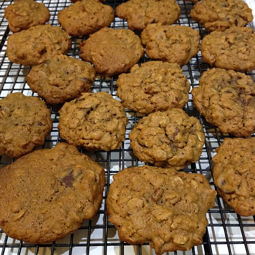 Molasses oatmeal coockies, 'cause cookies>candy #food #baking