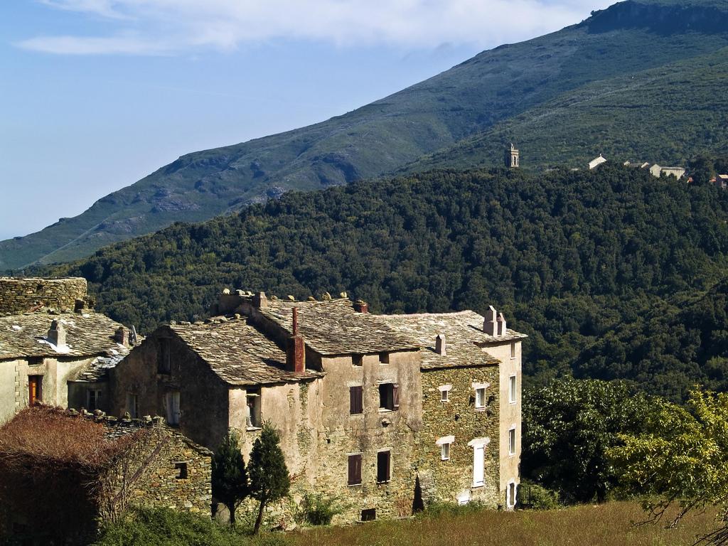 15. Vieja aldea junto al cabo Corse. Autor, Cremona Daniel