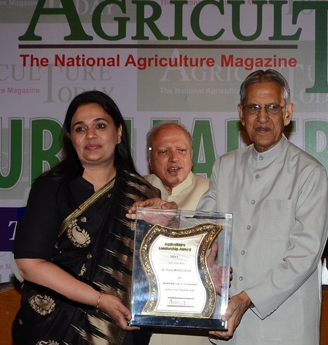 ILRI's regional representative for South Asia, Purvi Mehta-Bhatt, receives the 2013 Agriculture Leadership Award at a ceremony held in New Delhi, India