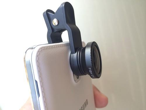 เลนส์ติดกล้องชนิดหนีบ ข้อดีคือ ใช้กับสมาร์ทโฟนได้หลากหลายรุ่น
