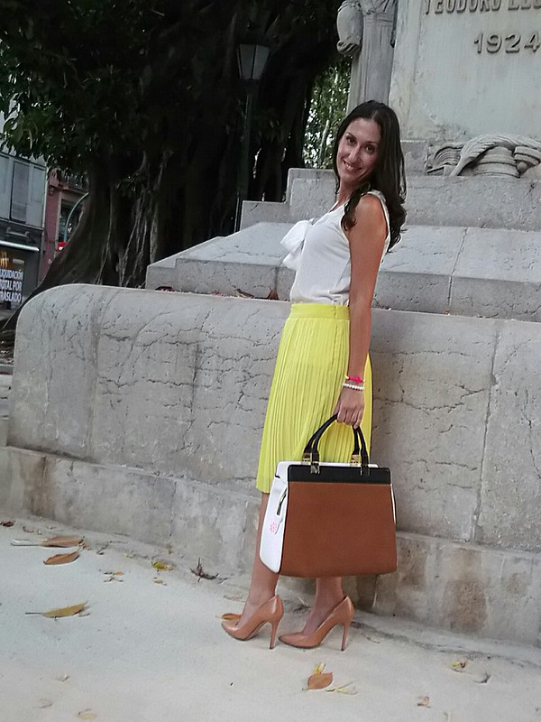 Lady, plisados, falda, midi, elegante, amarilla, top algodón básico blanco, lazada, stilettos, nude, negro y camel, pulseritas, flúor, summer, pleating, yellow, white basic cotton, bow, white, black and camel, fluorine, bracelets, zara, mango, massimo dutti