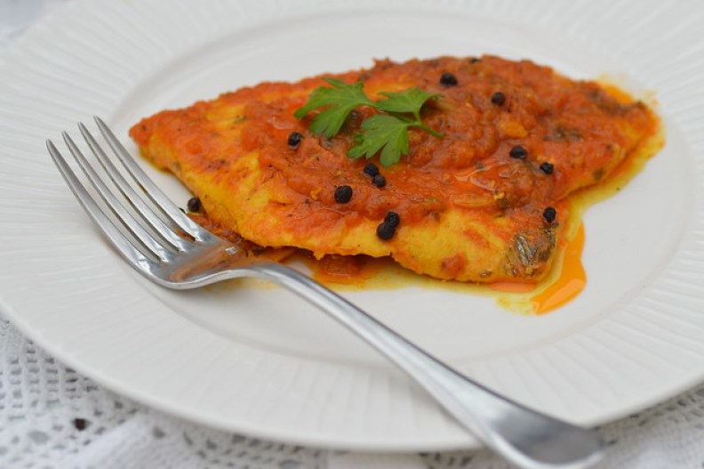 Japuta palometa negra con salsa de tomate