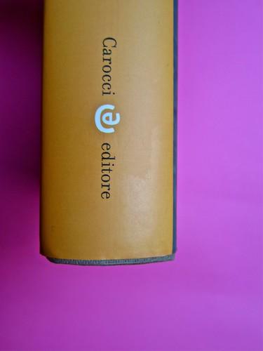 Michael Nedo (a cura di), Una biografia per immagini. Carocci 2013. Progetto grafico di Shoko Mugikura e Michael Nedo. Falcinelli & co. per l'ed. it. Dorso di sovracoperta (part.) 1