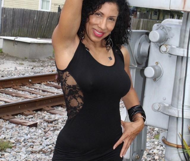 Latina Hermosa En Ferrocarril