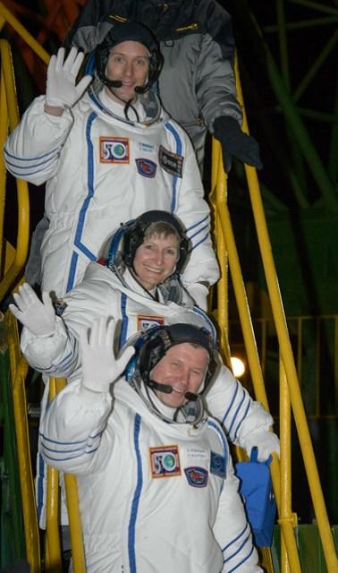 Expedition 50 Crew Board Soyuz (NHQ201611170001)