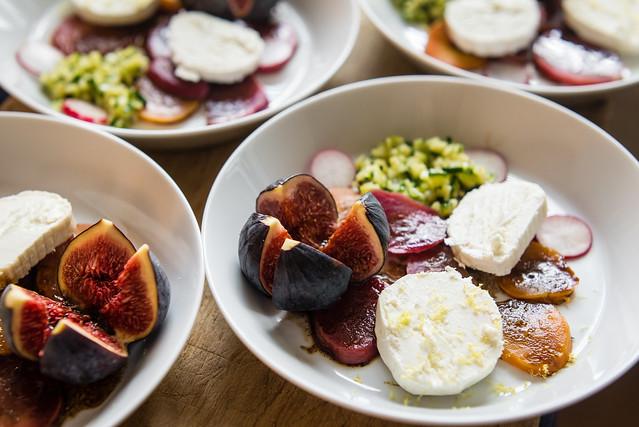 Zomer op je bord: gepofte bietjes, kaviaar van courgette, geitenkaas, vijg