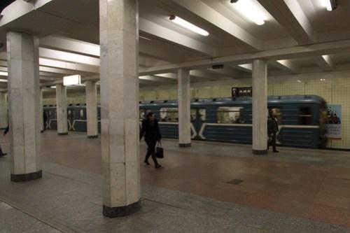 Looking across the island platform at the at the 'column, triple-span' design Коломенская (Kolomenskaya) station