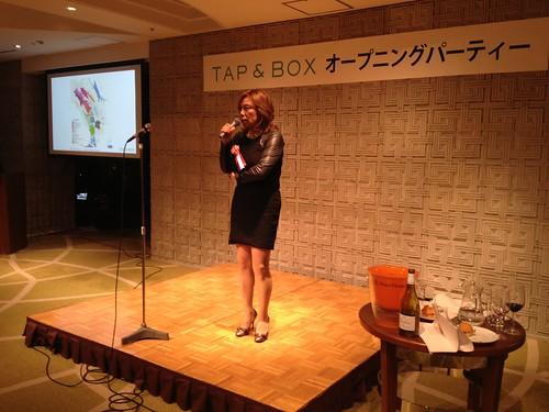 キュレーターの斎藤さん@TAP&BOXオープニングパーティー