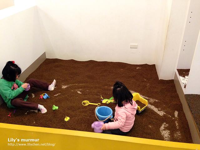 決明子玩沙區,所有的沙都是決明子喔!很聰明的創意!