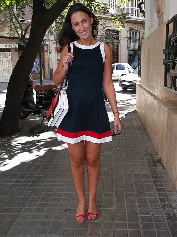 Vestido, equipaciones de tenis, 50, club de campo, azul, rojo y blanco, sandalias pin up rojas, tacón de corcho, bolso tricolor, dress, women's tennis clothes, 50s, country club, blue, red and white, pin up red sandals, cork heel, tricolour bag, suiteblanco, zara, tommy hilfiger