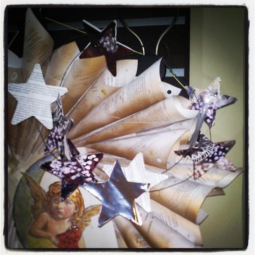 Recortadas en papel y fijadas en alambre by alialba