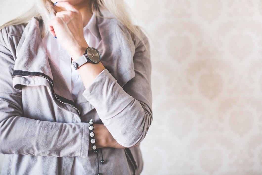 Imagen gratis de una chica con suéter gris y reloj