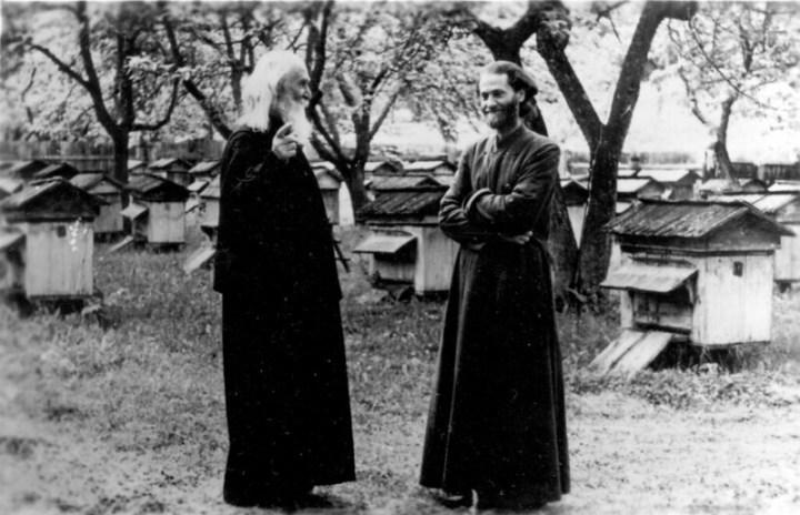 Părintele Justin în anul 1967, împreună cu duhovnicul său, Protosinghelul Epifanie Acatrinei, la Mănăstirea Secu, într-una din primele ascultări de după reprimirea în monahism, aceea de stupar