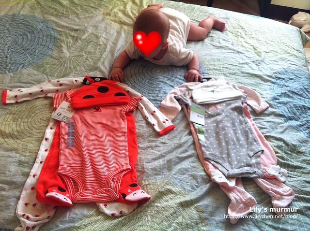 買了新衣給小妮,小妮馬上被新衣服的顏色吸引了。