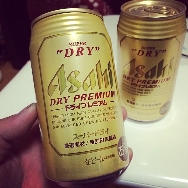 年末年始に広島帰省するとき、お父の誕生日祝いに24本買ったので、荷物を軽量化するために2本飲んでみる アサヒ ドライプレミアム