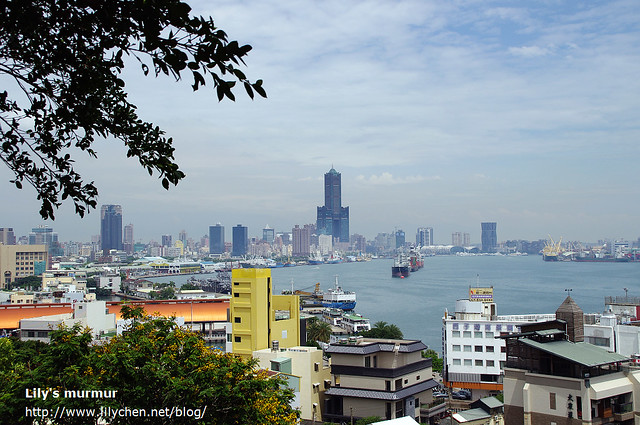 這是戶外座位區靠海的風景,可以遠眺高雄市以及85大樓。