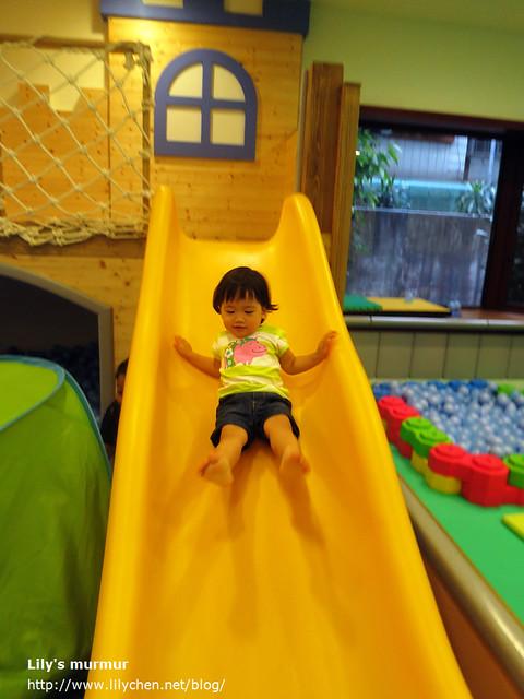 美花從滑梯上溜下來囉!圖片右邊有一小區球池,是給只會爬的小寶寶玩耍用的。