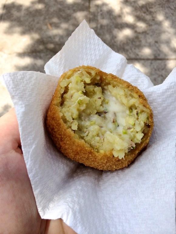 Arancino, gevuld met mozzarella en pistacchio. Siciliaans streetfood rondom de Etna