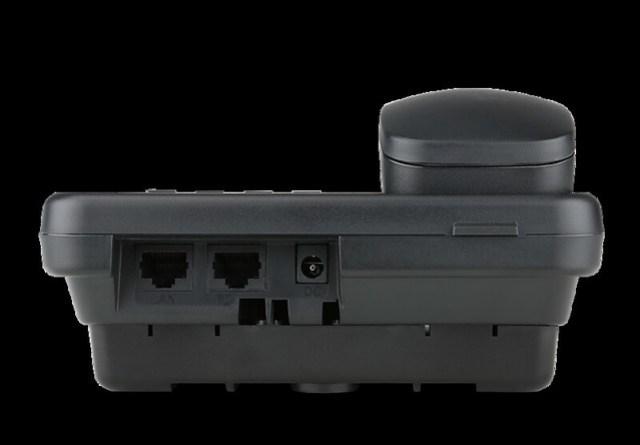話機的背後也相當簡潔,只需要兩條網路線,一進一出,與電腦連接在一起即可。