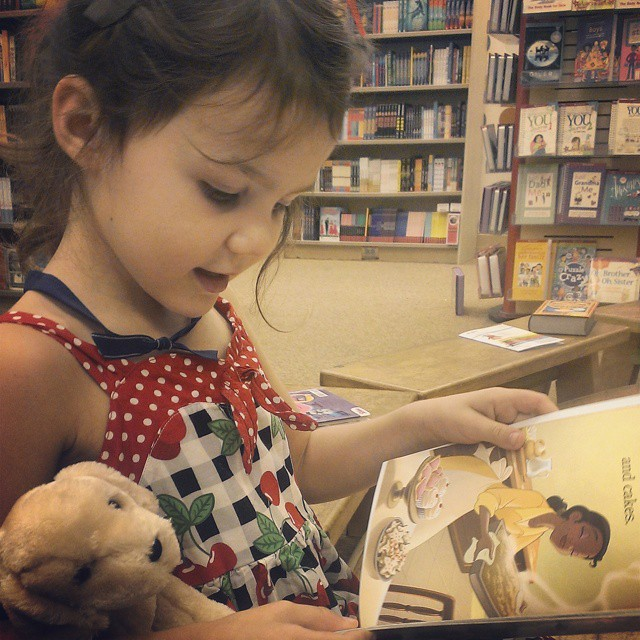 Reading books at our home away from home #barnesandnoble #laheatwave #lovetheirfreeairconditioning