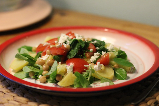 Bord aardappel munt salade