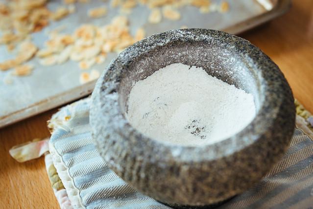 Clafoutis met kersen en geroosterde amandelen. En zelfgemaakt poedersuiker van vanillesuiker