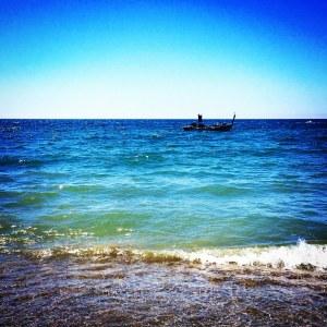 Pescadores junto a la orilla recogiendo sardinas