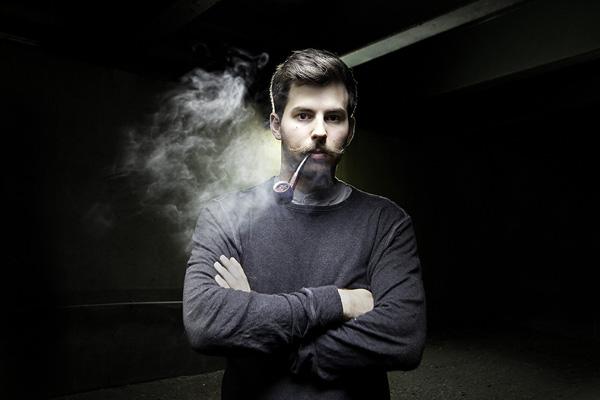 Ночной портрет мужчины с трубкой
