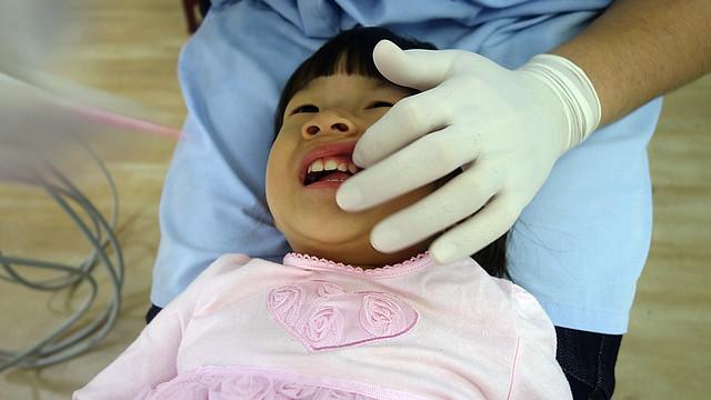 【將將成長記錄】第一次看牙醫。塗氟 (2y3m) @ 愛。幸福 :: 痞客邦