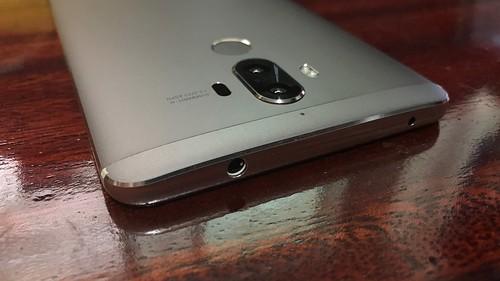 ด้านบนของ Huawei Mate 9