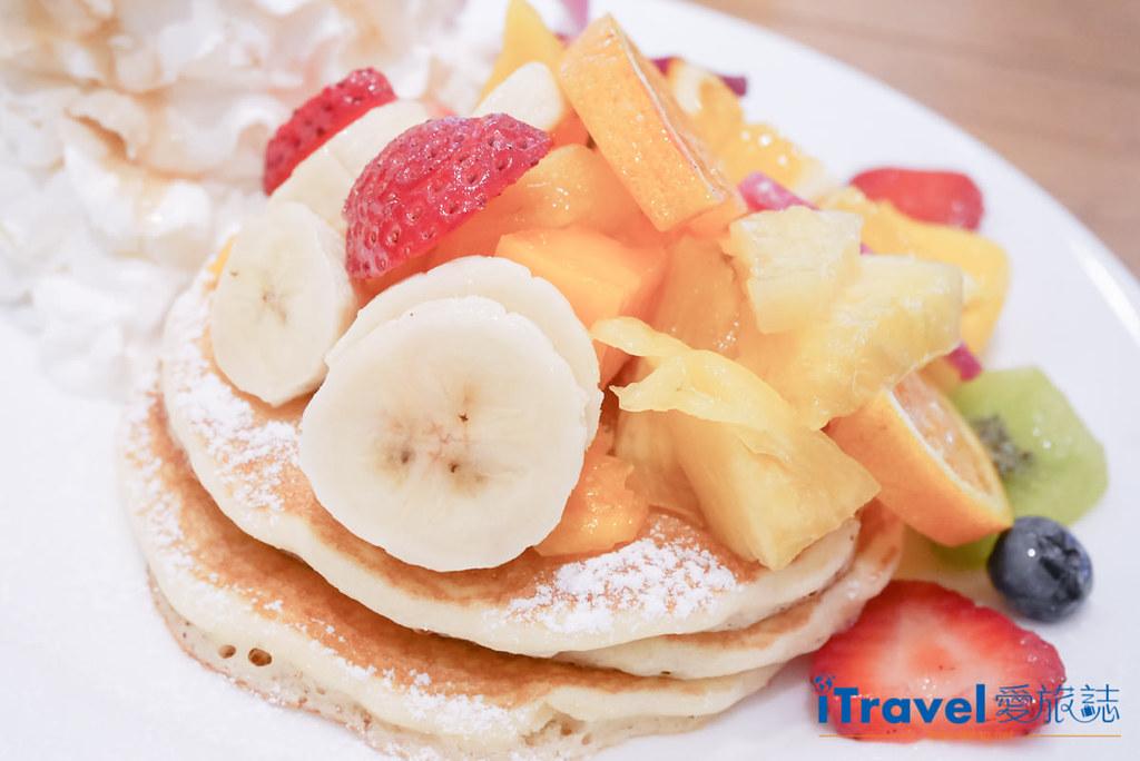 《东京下午茶推荐》Hawaiian Pancake Factory:摇摇裙摆阿啰哈来份热夯综合水果松饼搭配夏威夷菠萝柑橘汽水
