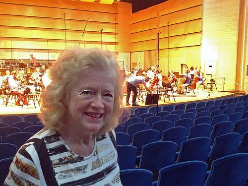 Sonja Stenhammar lyssnar till inspelningen.