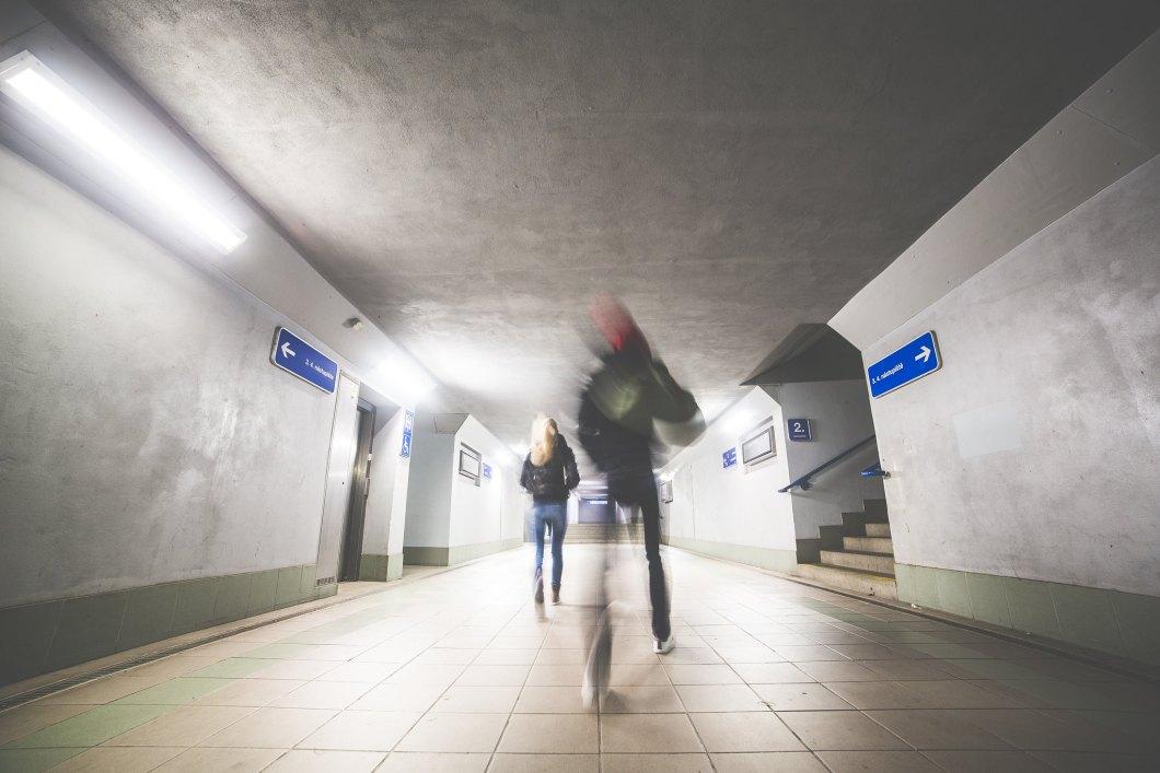 Imagen gratis de dos personas en el metro