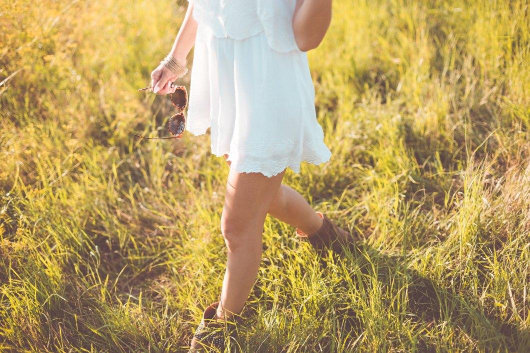 Imagen gratis de una chica disfrutando del día en el campo