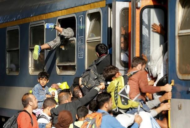 Migrantes en Hungría se niegan a bajar de tren