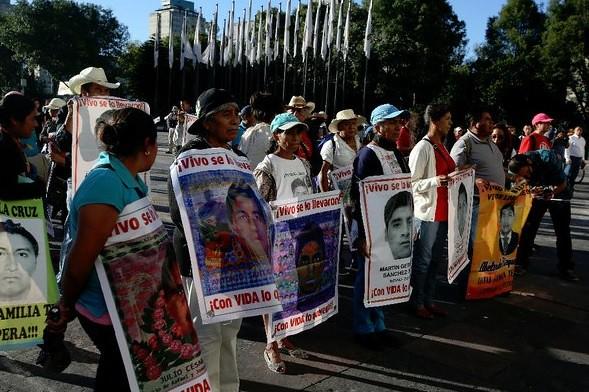 Familiares de 2 víctimas de Ayotzinapa buscan reparación del daño: CEAV