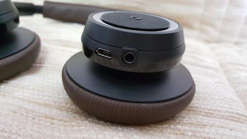 นอกจากนี้ หูด้านขวาก็มีพอร์ต Micro USB และช่องเสียบหูฟังด้วย