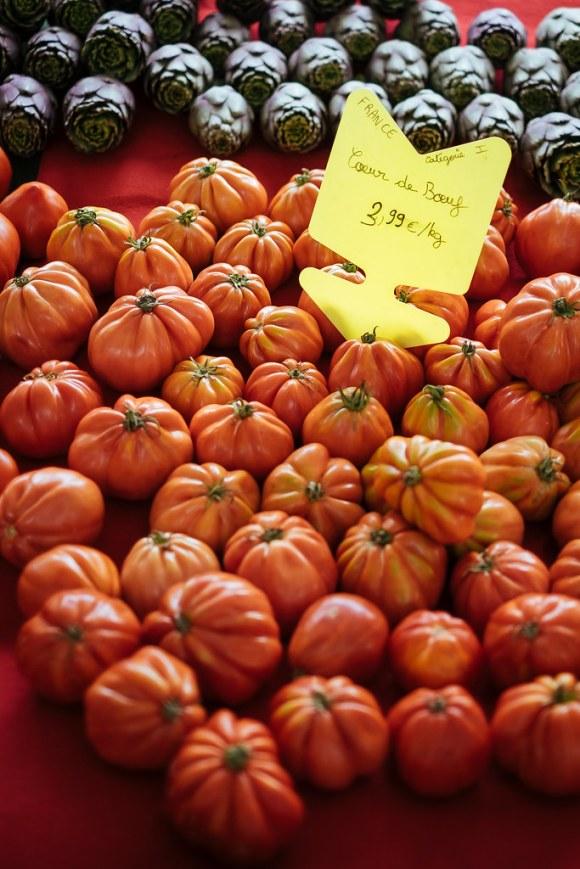 Naar de markt in de Luberon: coeur de boeuf tomaten op de markt van Lourmarin
