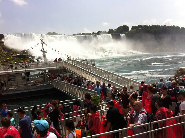 Toronto to Niagara falls bus tours: in line for the boat tour