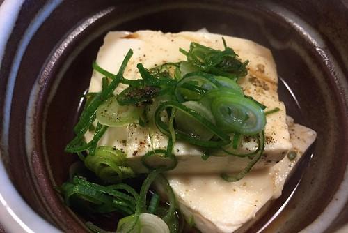 湯豆腐の上に、ネギと山椒をかけて、最後に出汁をかけて食べます。
