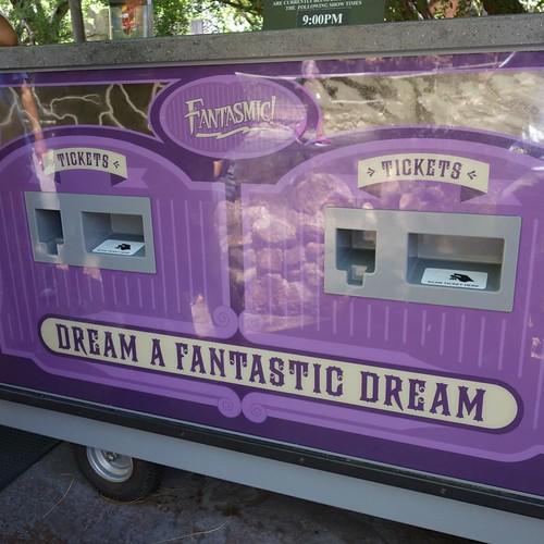 ファンタズミック!のファストパス発券機。Dream a Fantastic Dream.