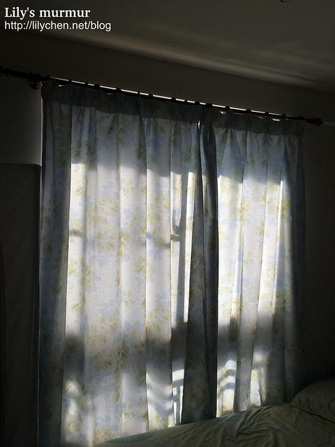 因為房東原有的窗簾遮光性不佳,早上常被刺眼日照亮醒,所以換了個遮光性較佳的,又不會過度掩蓋日照光線。沒想到效果意外的好呢。