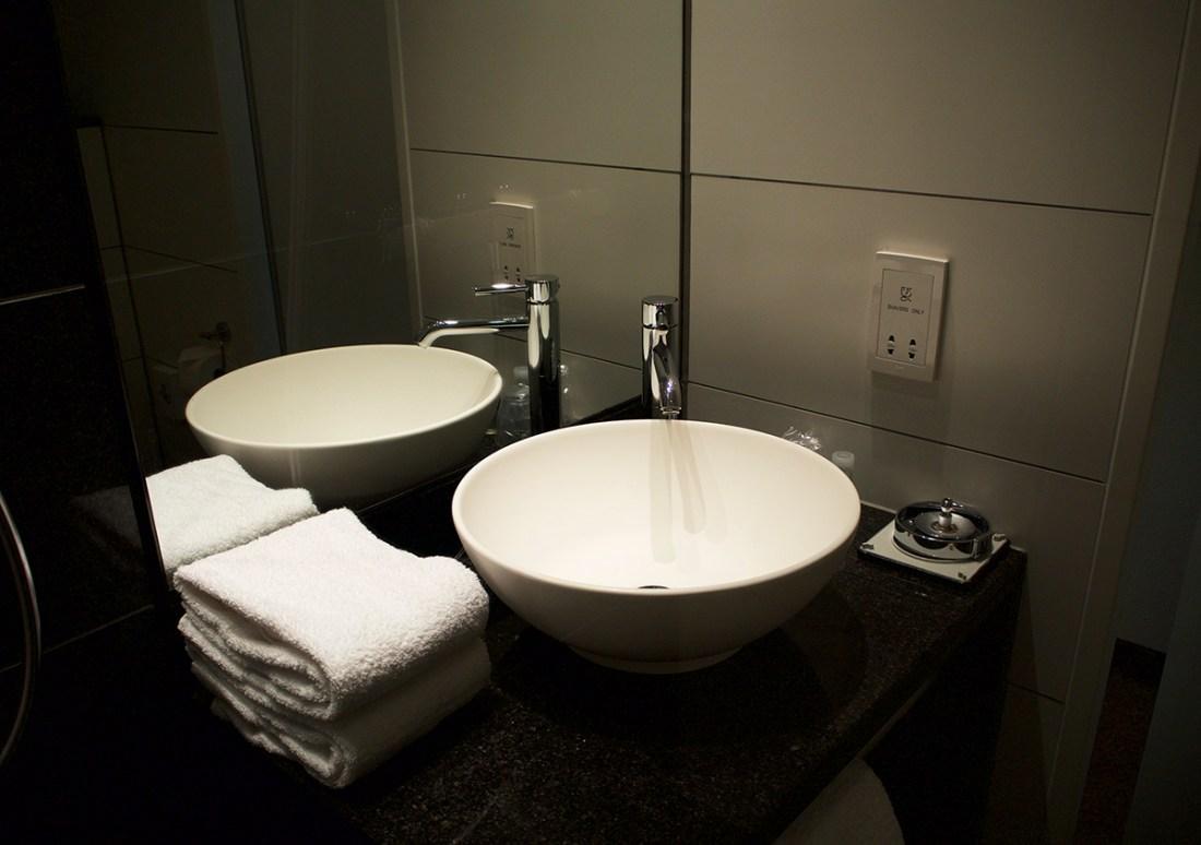 ensuite-bathroom-motel-one-manchester