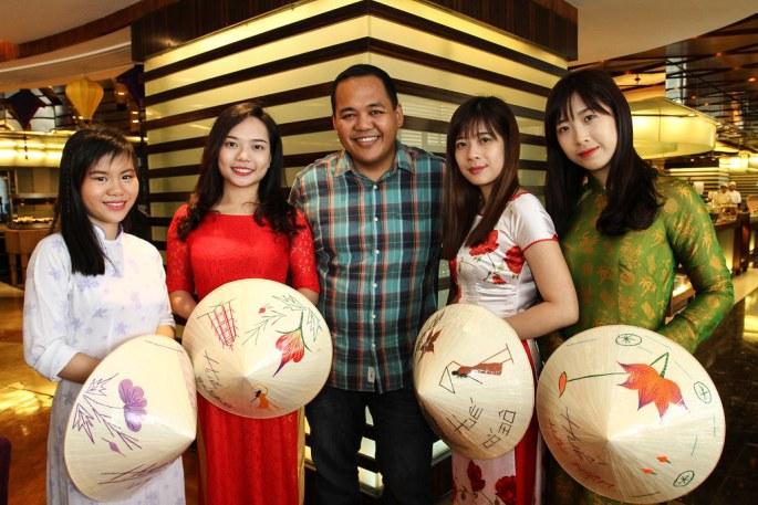 2 Vietnamese usherettes, Anton Diaz (Ourawesomeplanet), 2 Vietnamese usherettes